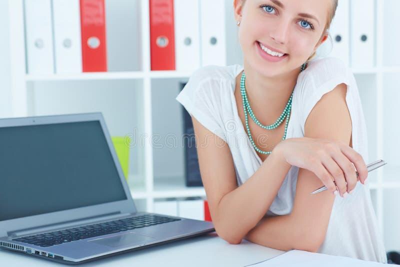Stående av barn som ler den lyckade kvinnan med en bärbar dator arkivfoto