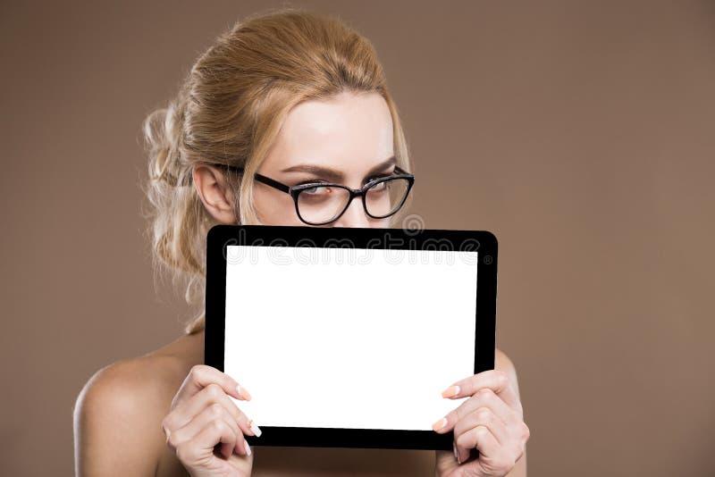 Stående av blondinen i exponeringsglas med en minnestavla i händer arkivbilder