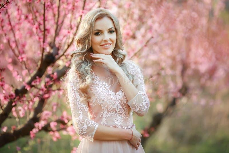 Stående av blondinen i trädgården makeup luftig klänning royaltyfri fotografi