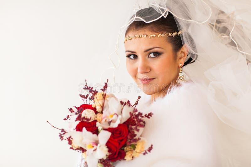 Stående av bruden med blommabuketten i vintertid royaltyfri fotografi