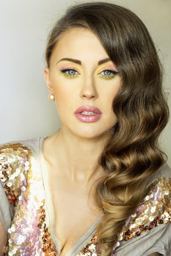 Stående av brunettdamen. royaltyfri bild