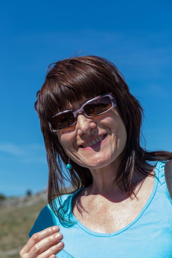 Stående av brunettkvinnan med solglasögon arkivfoto