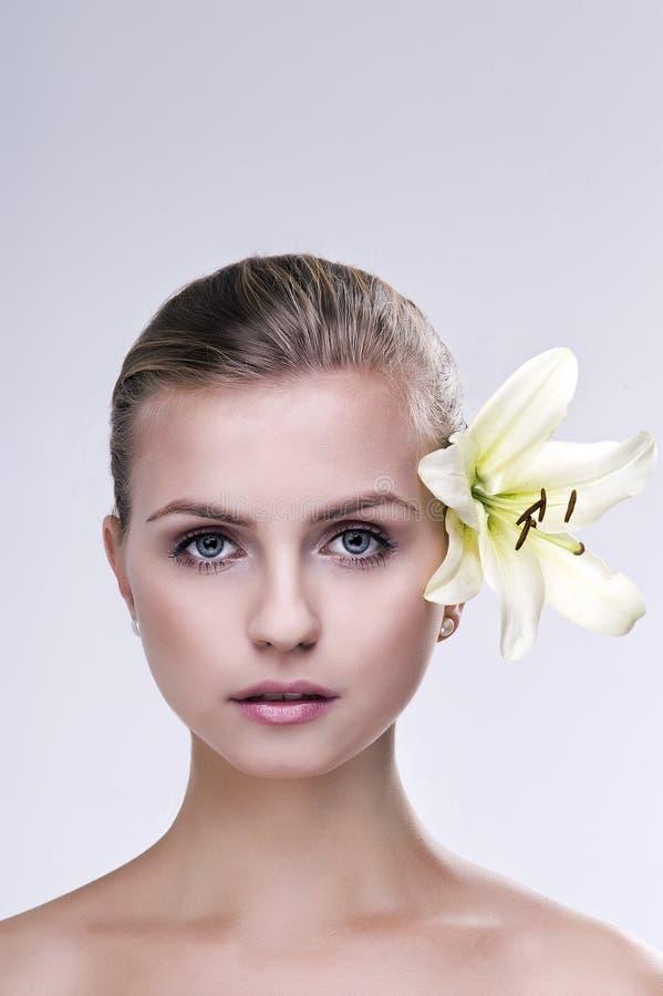 Stående av brunnsortkvinnan med blomman royaltyfria foton
