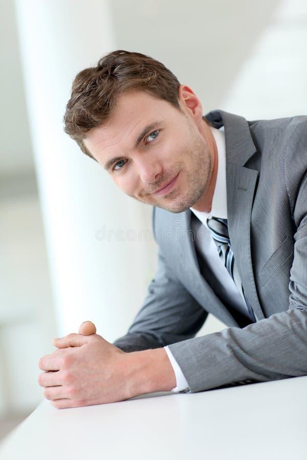 Stående av businesssmanen som väntar i hall arkivfoton