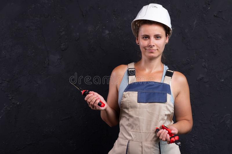 Stående av byggmästaren för kvinnlig arbetare i likformig royaltyfria foton