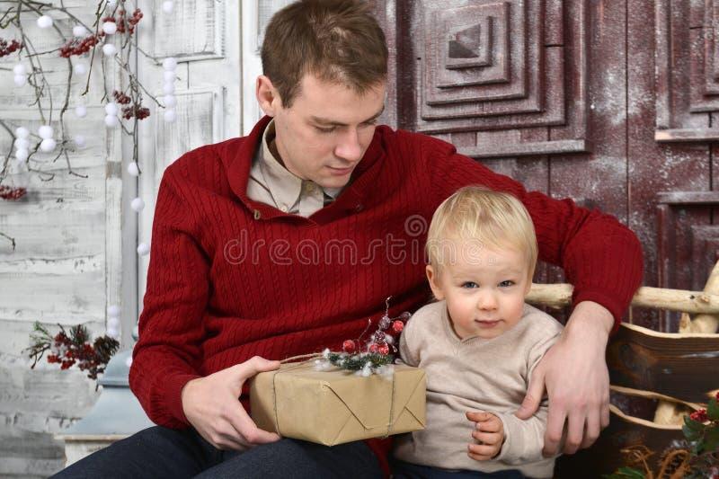 Stående av caucasinfadern som förvånar hans lilla son med Chris royaltyfria bilder