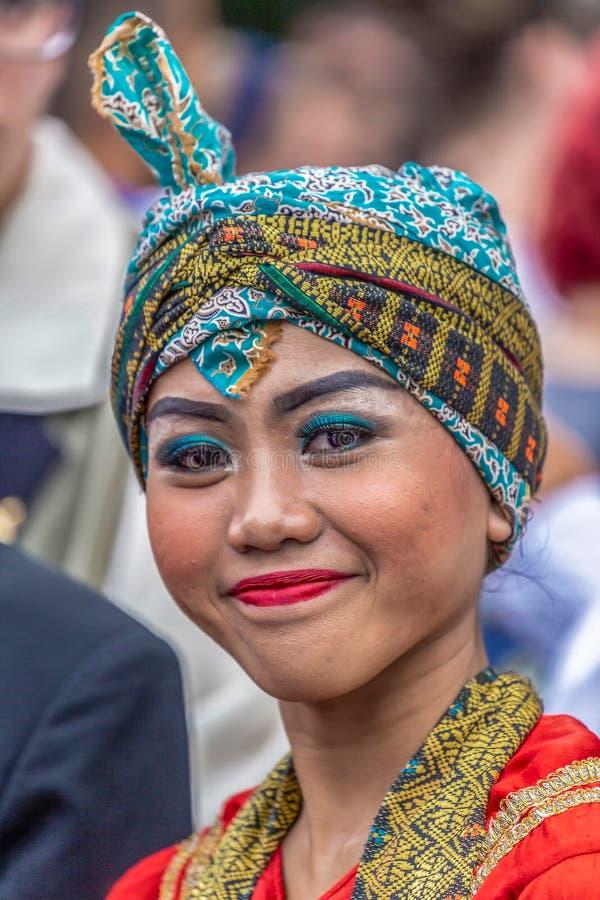 Stående av dansarekvinnan från Indonesien i traditionell dräkt royaltyfri fotografi