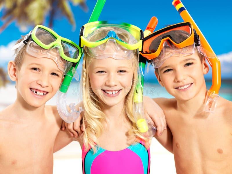 Stående Av De Lyckliga Barnen Som Tycker Om På Stranden Arkivbild