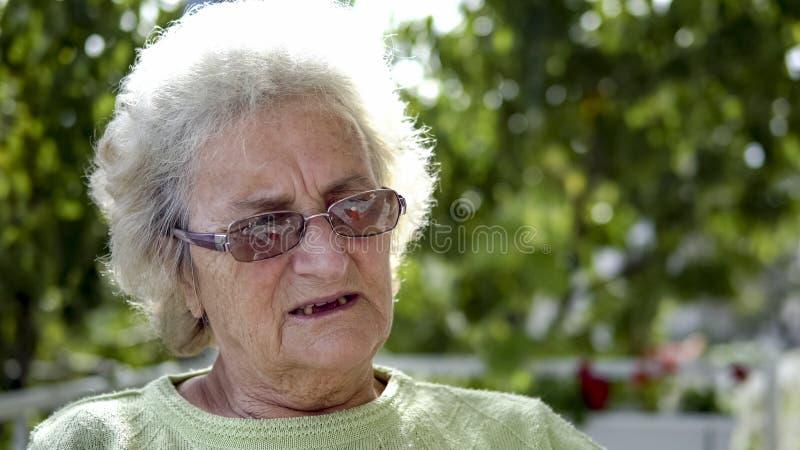 Stående av den äldre gamla kvinnan som dricker kaffete arkivbilder
