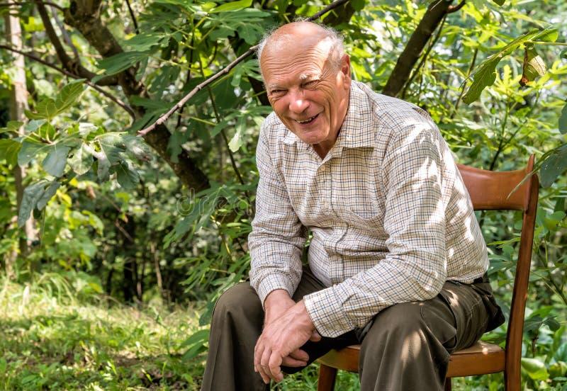 Stående av den äldre le mannen arkivbild