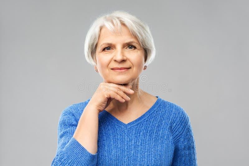 Stående av den älskvärda höga kvinnan i blå tröja royaltyfri bild