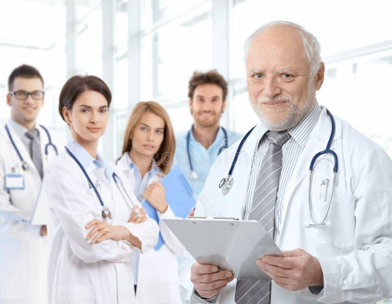 Stående av den åldriga doktorn med medicinska bosöttt royaltyfria bilder