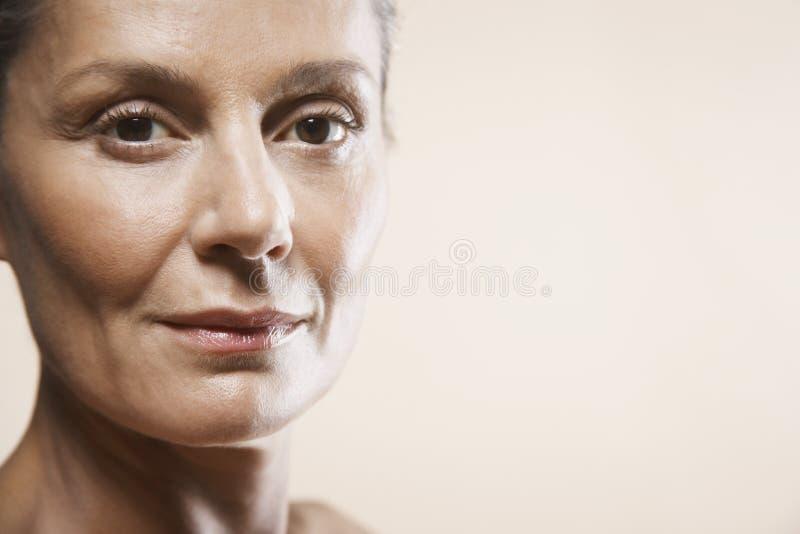 Stående av den åldriga kvinnan för lycklig mitt royaltyfri bild