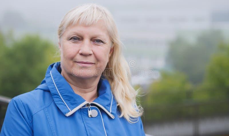 Stående av den åldriga kvinnan i gatan arkivbilder