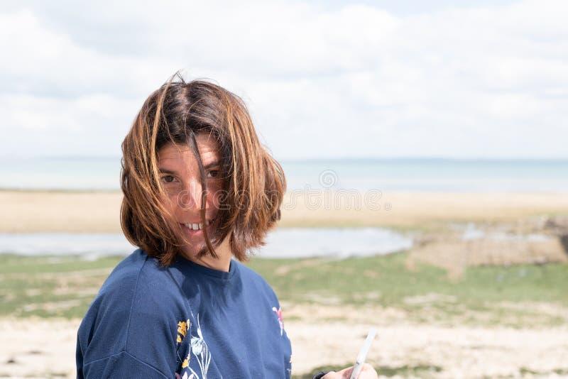 Stående av den åriga kvinnan för brunett härliga 40 på rengöringsdukbanermall på havssida royaltyfria bilder