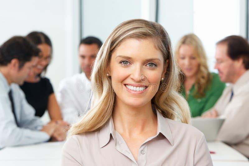 Stående av den affärskvinnaSitting At Boardroom tabellen arkivfoton