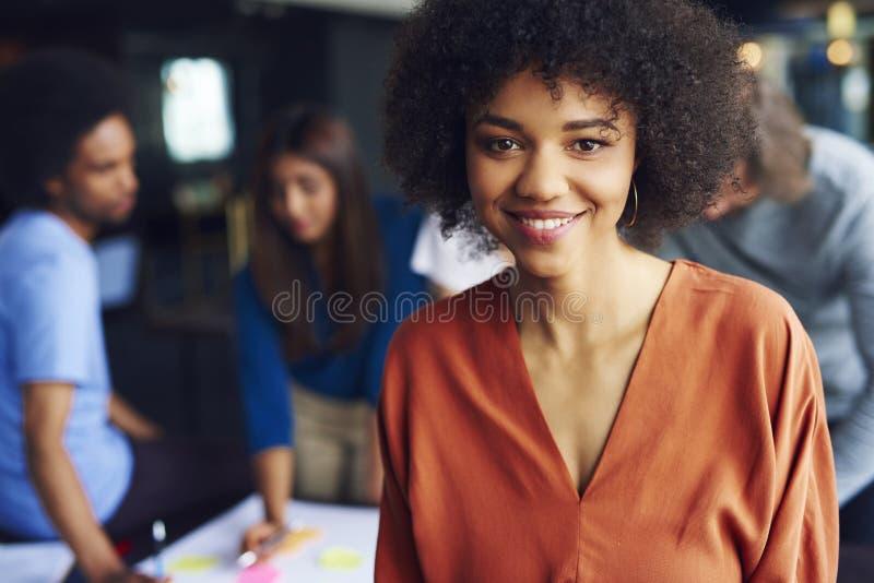 Stående av den afrikanska affärskvinnan att klara av mötet royaltyfri fotografi
