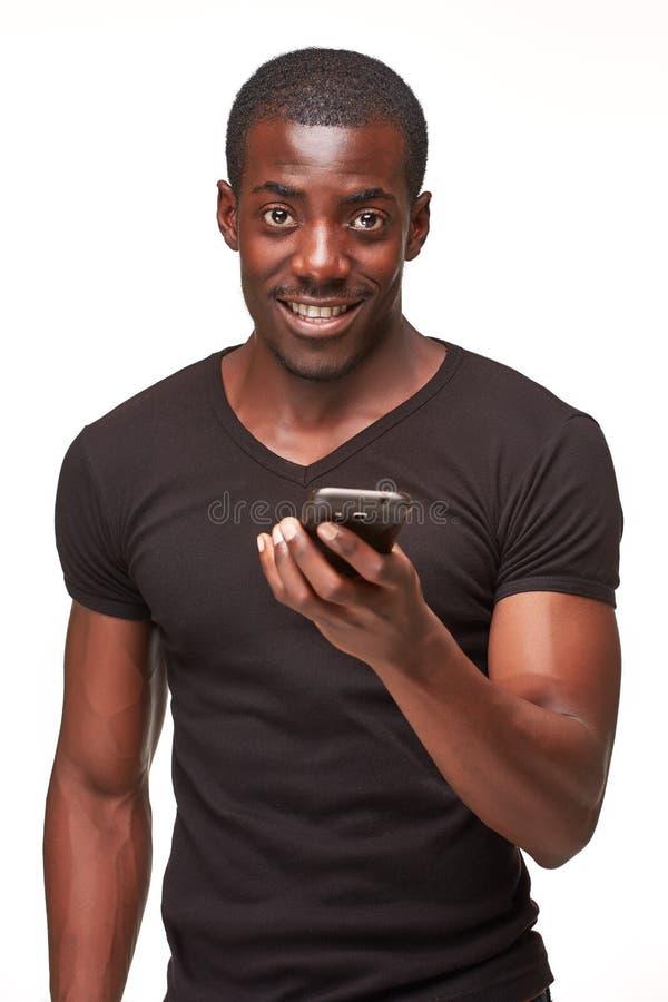 Stående av den afrikanska mannen som talar på telefonen arkivfoton