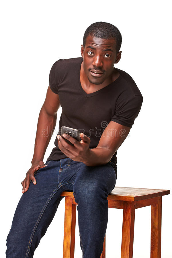 Stående av den afrikanska mannen som talar på telefonen arkivfoto
