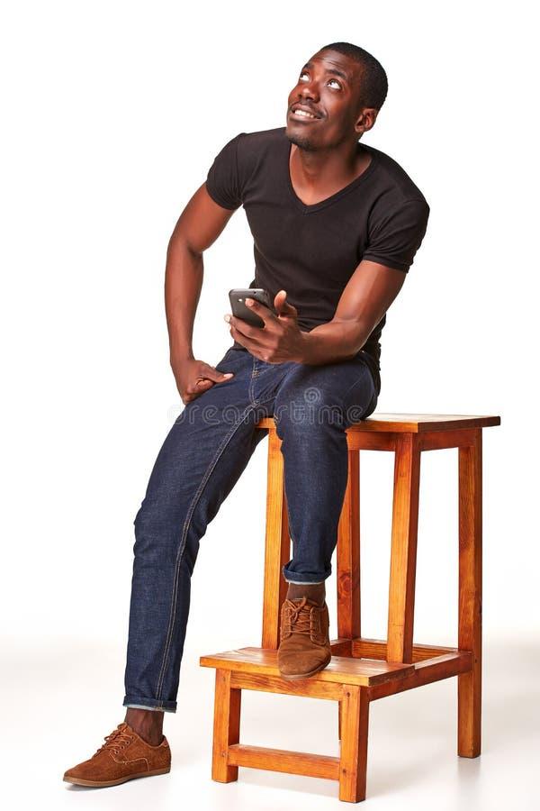 Stående av den afrikanska mannen som talar på telefonen royaltyfria bilder