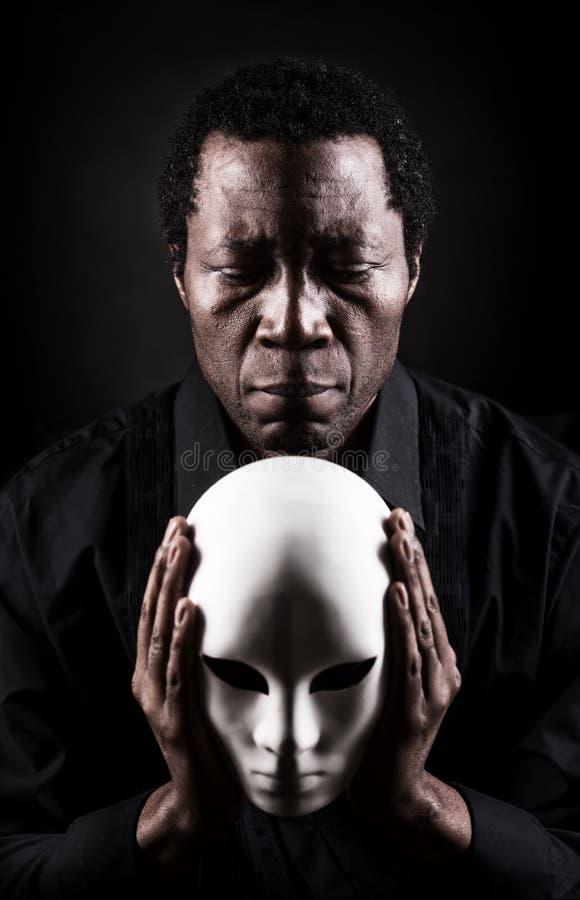 Stående av den afrikanska svarta mannen med den vita maskeringen royaltyfri fotografi
