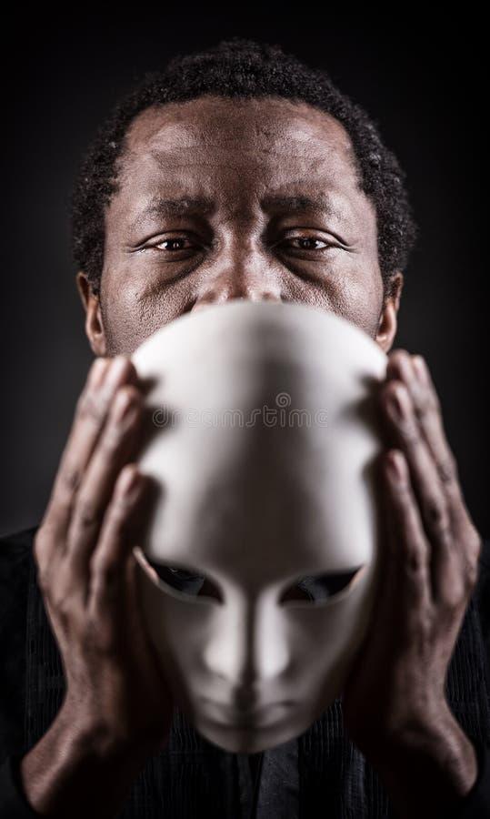 Stående av den afrikanska svarta mannen med den vita maskeringen arkivfoton