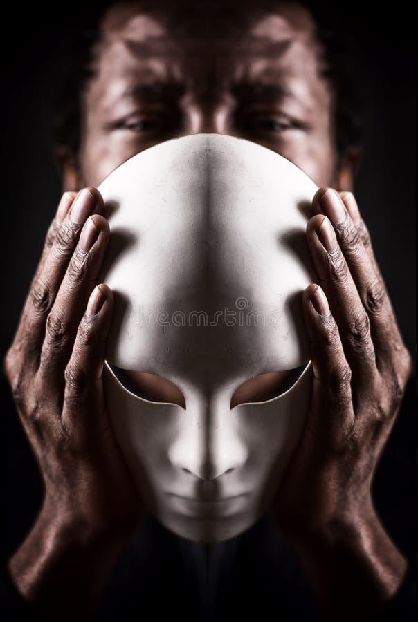 Stående av den afrikanska svarta mannen med den vita maskeringen royaltyfria bilder