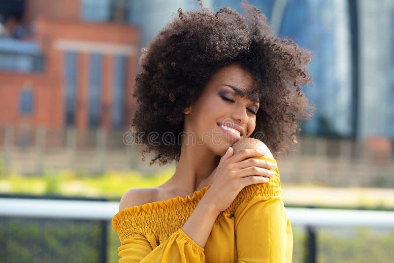 Stående av den afro flickan i staden arkivfoton