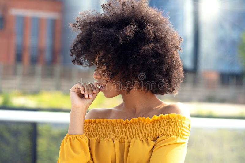 Stående av den afro flickan i staden fotografering för bildbyråer