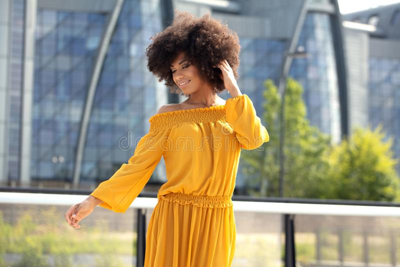 Stående av den afro flickan i staden royaltyfri bild