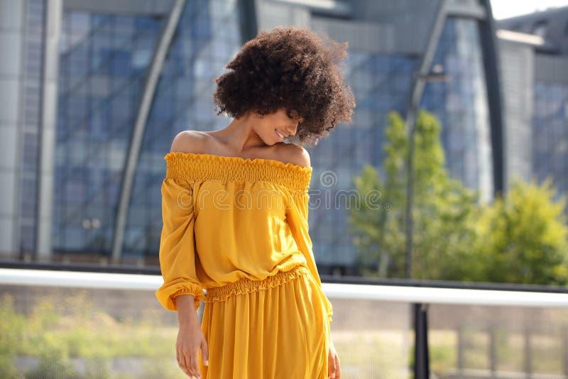 Stående av den afro flickan i staden royaltyfria bilder