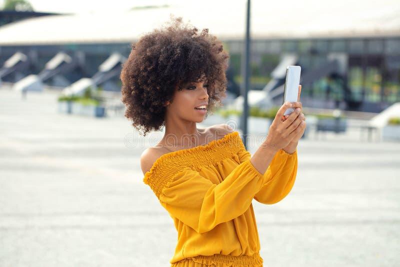 Stående av den afro flickan i staden arkivfoto