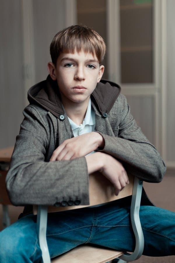 Stående av den allvarliga tonårs- pojken i grupp fotografering för bildbyråer