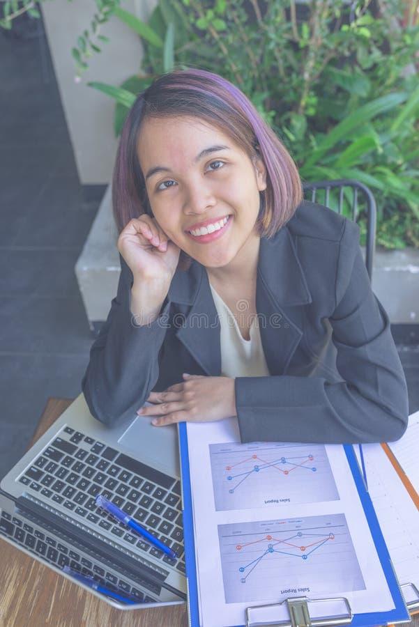 Stående av den asiatiska affärskvinnan i svart dräktblick på kameran och att le royaltyfria foton