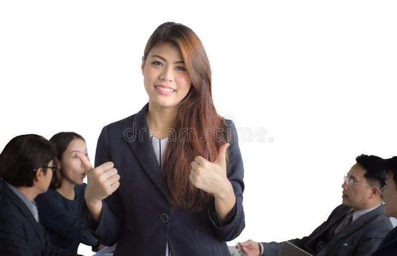Stående av den asiatiska affärskvinnan som framme står av hennes lag på kontoret, kvinnlig ledare royaltyfri foto