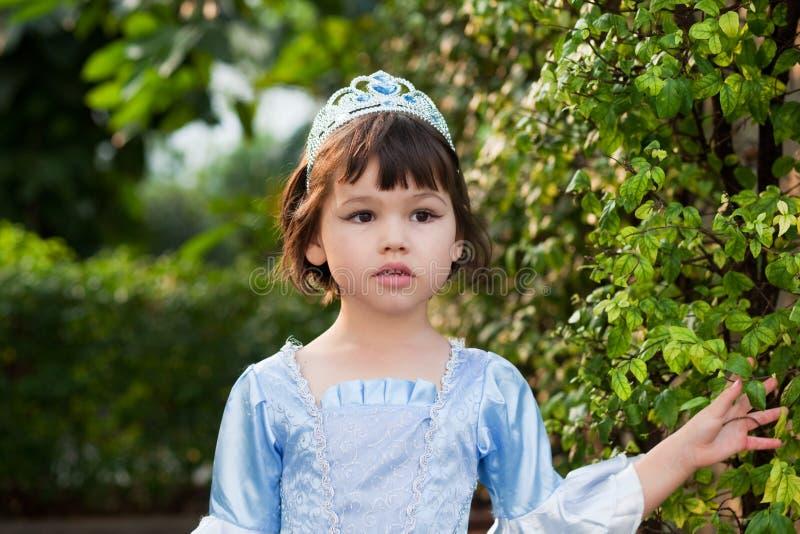 Stående av den asiatiska flickan i prinsessadräkt fotografering för bildbyråer