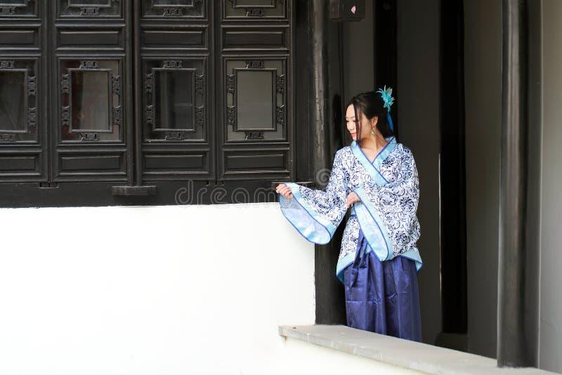 Stående av den asiatiska kinesiska flickan i den traditionella klänningen, blå och vit porslinstil Hanfu för kläder royaltyfria foton