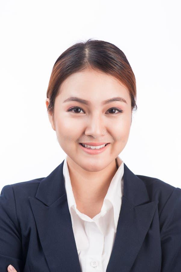 Stående av den asiatiska kvinnan för lycklig ung affär som isoleras på vit b arkivfoton