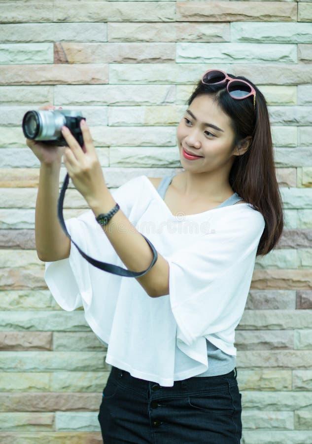 Stående av den asiatiska kvinnan för yound med hennes kamera royaltyfria foton