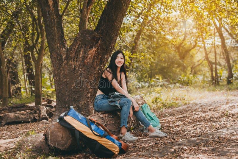 Stående av den asiatiska kvinnan hennes leende som trekking på att campa för skog arkivbild