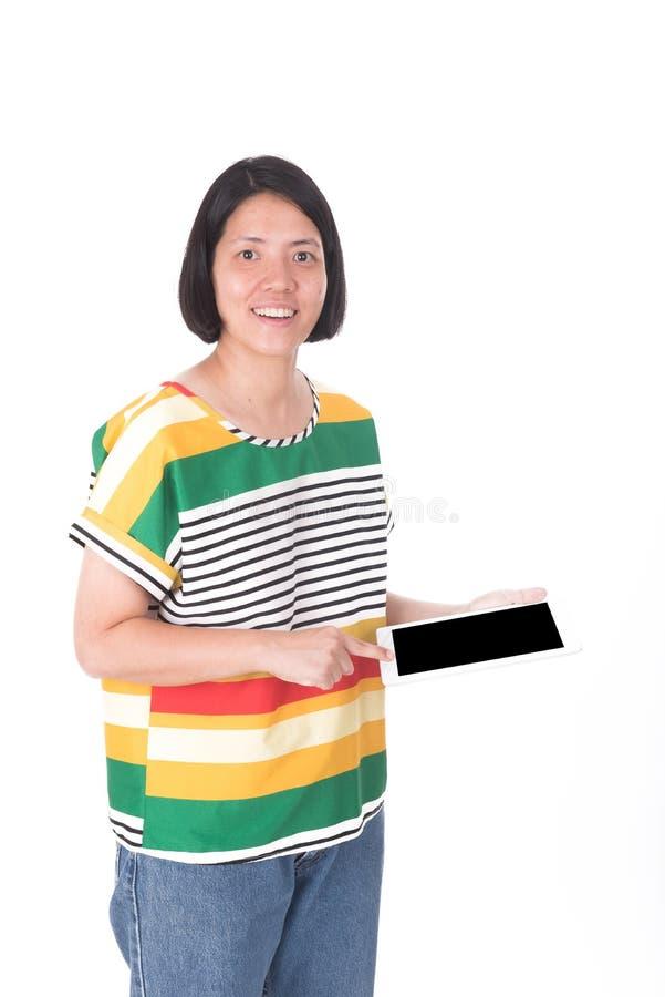 Stående av den asiatiska kvinnan som använder datorminnestavlan royaltyfri foto