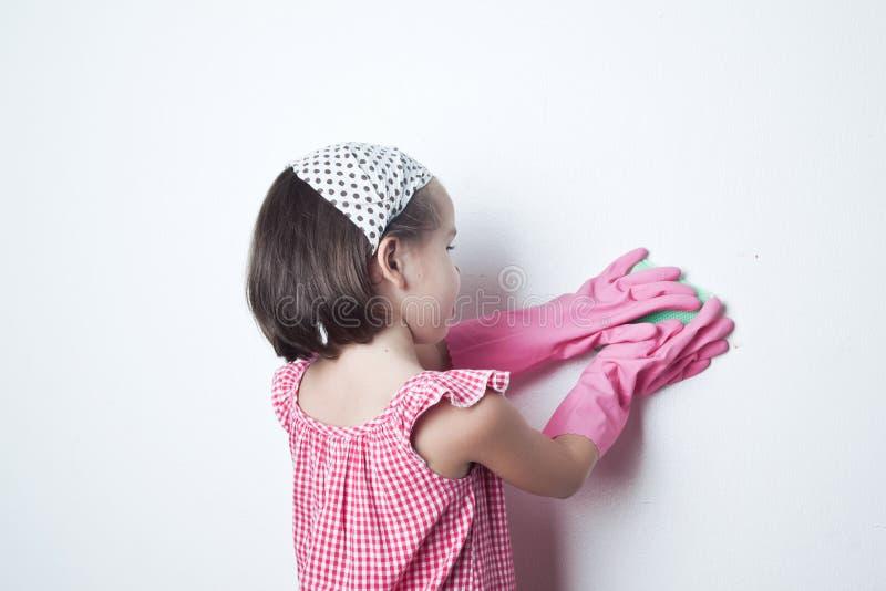 Stående av den asiatiska lilla flickan, liten hjälpreda för moder` s arkivbild