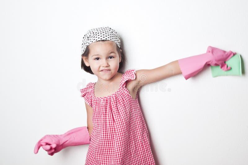 Stående av den asiatiska lilla flickan, liten hjälpreda för moder` s royaltyfri bild
