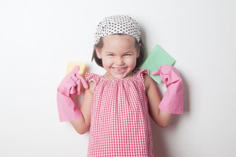 Stående av den asiatiska lilla flickan, liten hjälpreda för moder` s royaltyfria foton