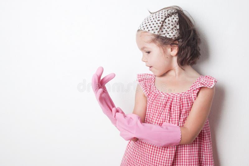 Stående av den asiatiska lilla flickan, liten hjälpreda för moder` s royaltyfri foto