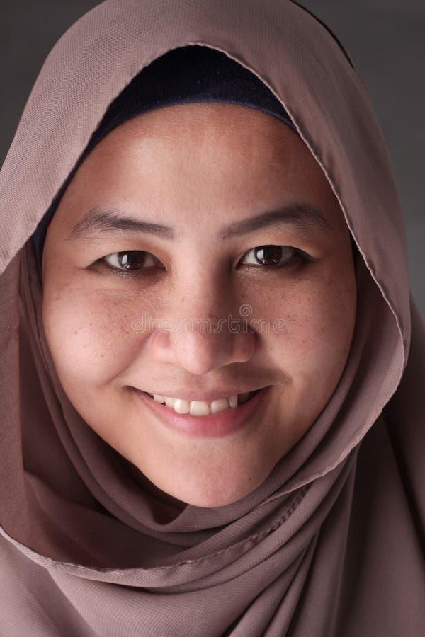 Stående av den asiatiska muslimska damen Smiling royaltyfria bilder
