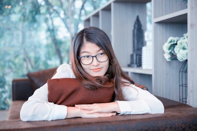 Stående av den asiatiska sexiga affärskvinnan med en bärbar dator royaltyfria foton