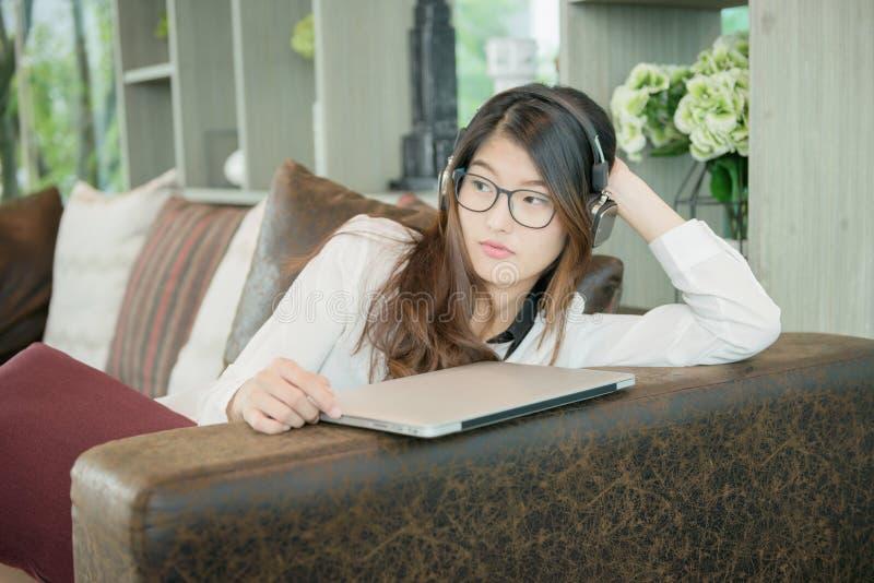Stående av den asiatiska sexiga affärskvinnan med en bärbar dator royaltyfri bild