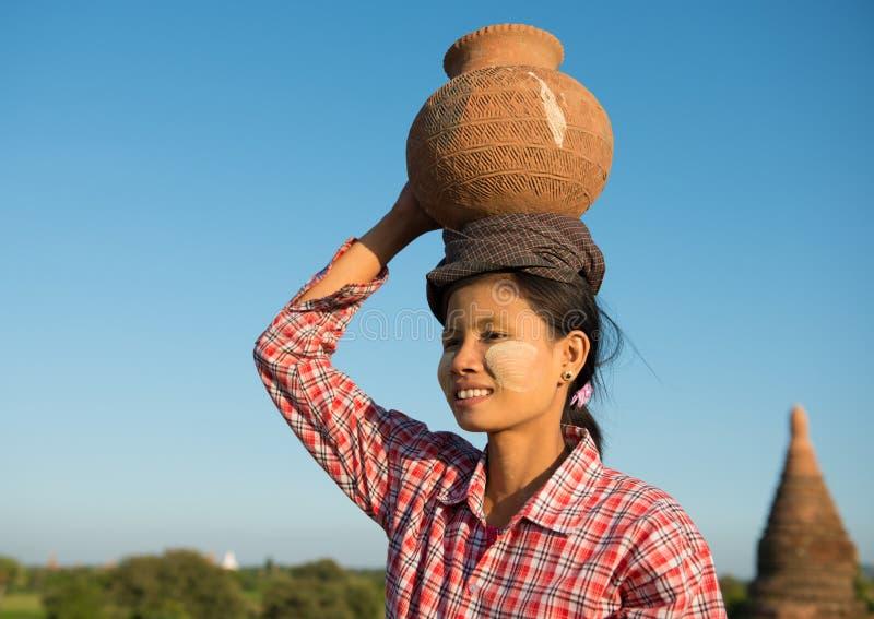 Stående av den asiatiska traditionella kvinnliga bonden royaltyfri bild