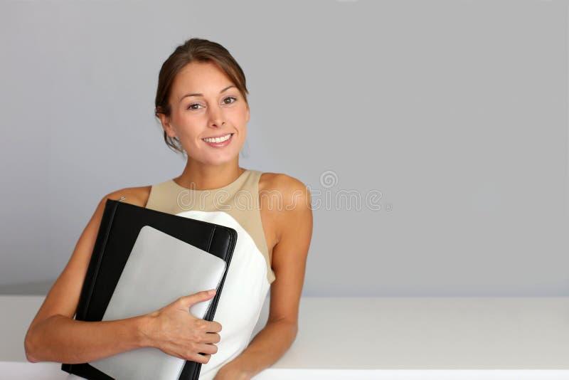 Stående av den attraktiva affärskvinnan arkivfoton